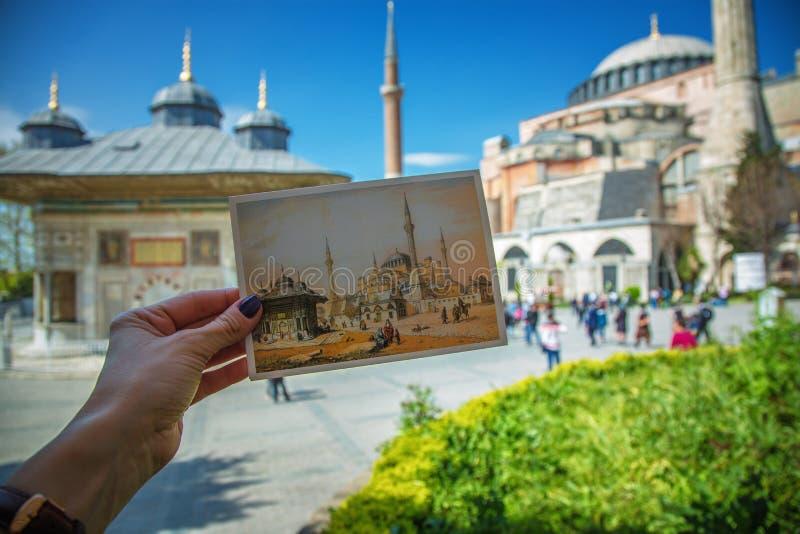 Żeńska ręka z pocztówką przedstawia Hagia Sophia i fontanna sułtan Ahmed zdjęcie royalty free