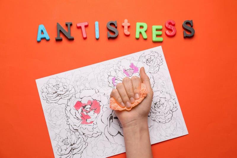 Żeńska ręka z stres plasteliną i zentangle obrazek na koloru tle obrazy royalty free