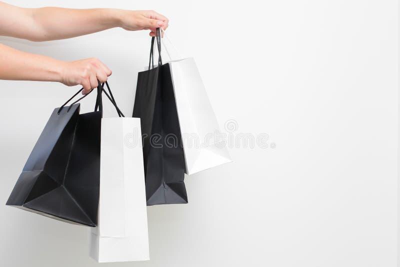 Żeńska ręka z torba na zakupy na białym tle odizolowywającym fotografia royalty free