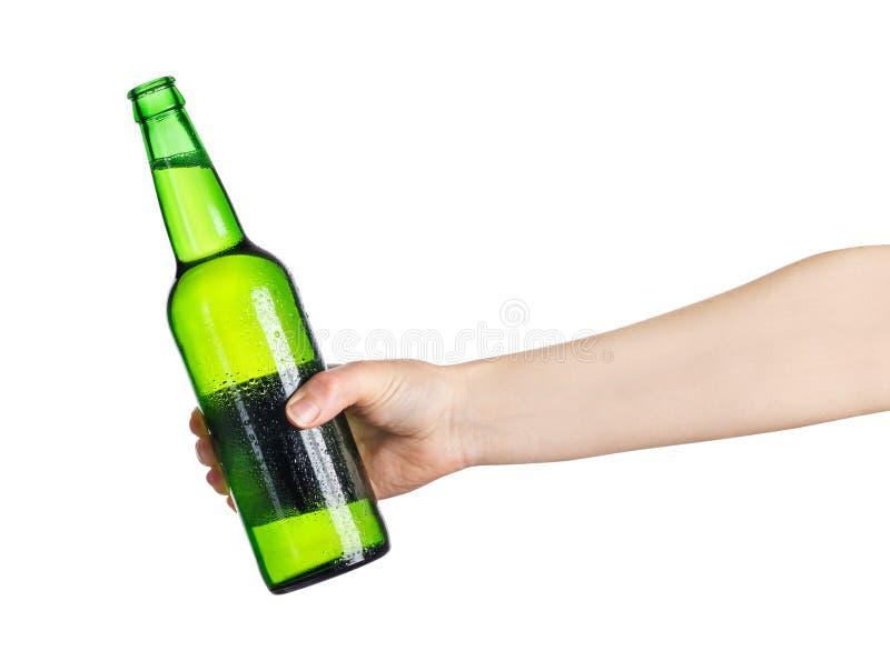 Żeńska ręka z zieloną piwną butelką zdjęcie royalty free