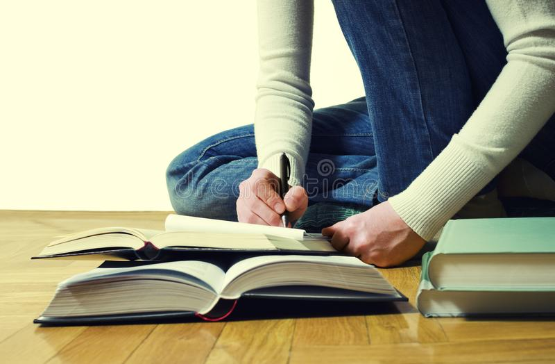 żeńska ręka zauważa writing pojęcie uczenie fotografia royalty free