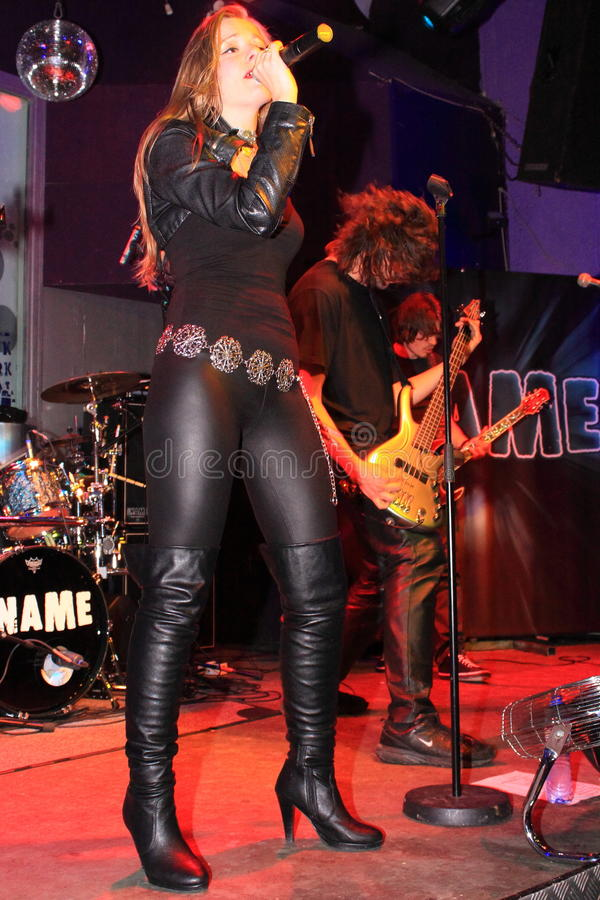 żeńska rockowego piosenkarza scena obraz royalty free