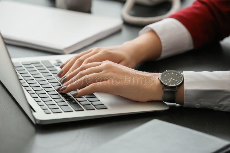 Żeńska sekretarka pracuje z laptopem w biurze zdjęcie stock