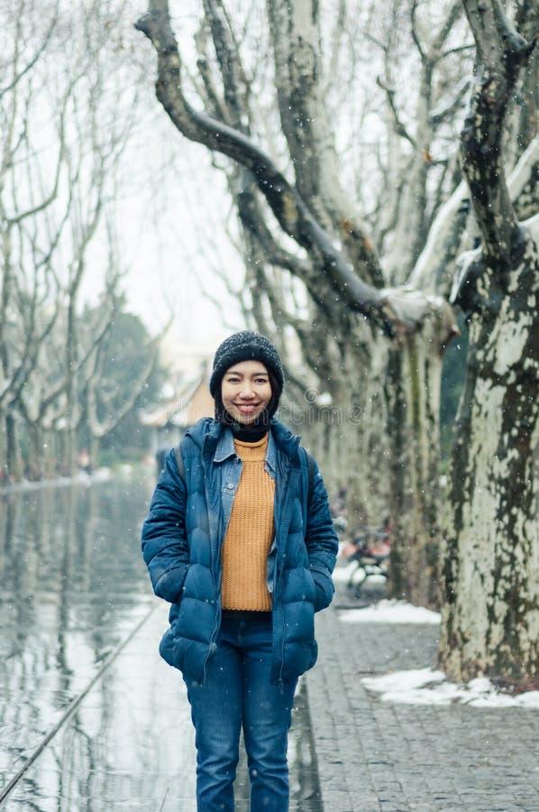 Żeńska turystyczna pozycja w Xiangyang parku na środkowej Huaihai drodze obrazy royalty free