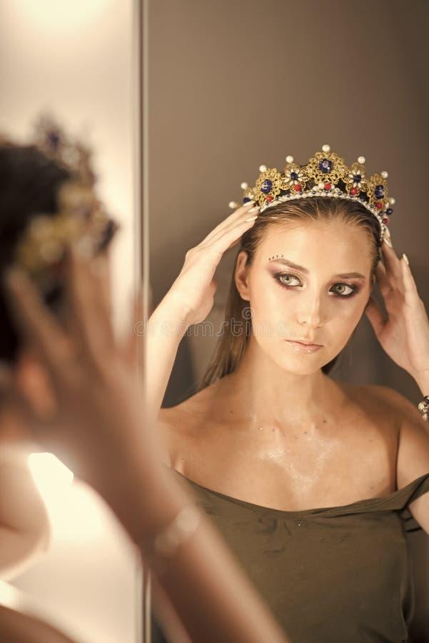 Żeńska twarz Zagadnienia wpływa dziewczyny Dziewczyny odbicie w lustrze i princess Kobiety odzieży biżuterii korona przy lustrem  zdjęcie stock