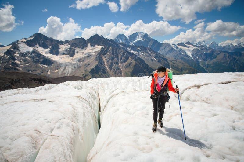 Żeński alpinista cieszy się piękno lodowiec chodzi na lodowu w okularach przeciwsłonecznych i crampon Przeciw fotografia royalty free