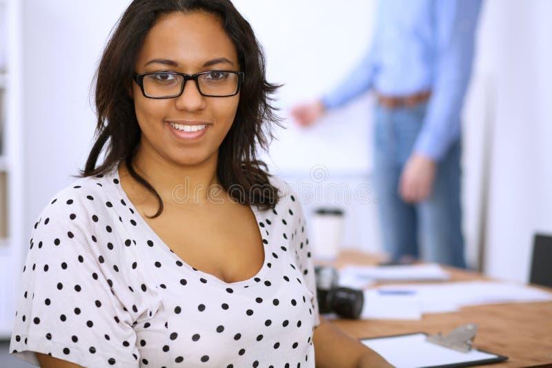 Żeński amerykanin afrykańskiego pochodzenia przy spotkaniem lub brainstorming Pojęcie młoda drużyna ludzie biznesu lub ucznie obraz royalty free