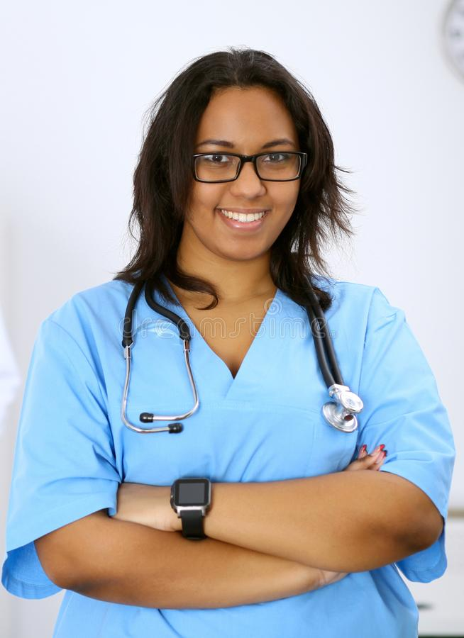 Żeński amerykanina afrykańskiego pochodzenia lekarz medycyny z kolegami w tle przy szpitalem Medycyny i opieki zdrowotnej pojęcie obraz royalty free
