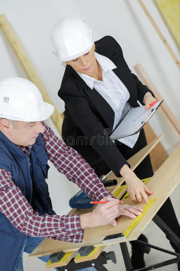 Żeński architekta i pracownika spotkanie przy budową zdjęcia royalty free