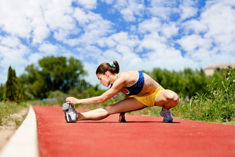 Żeński atlety rozciąganie zdjęcie royalty free