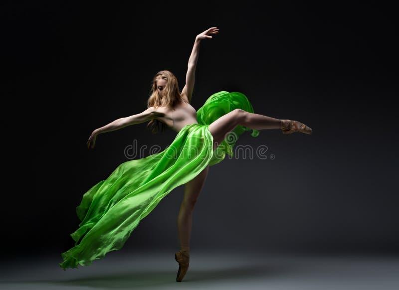 Żeński baletniczy tancerz w zieleni spódnicie w wiatrowym ruchu zdjęcia royalty free