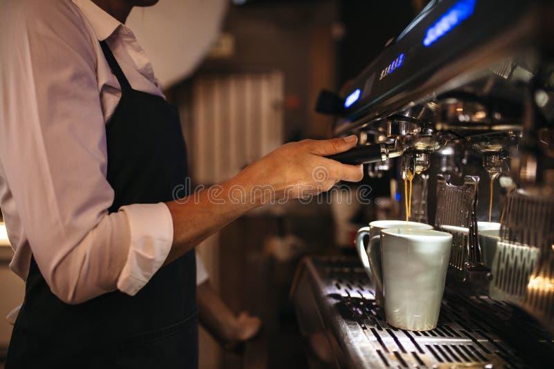 Żeński barista robi kawie obraz royalty free