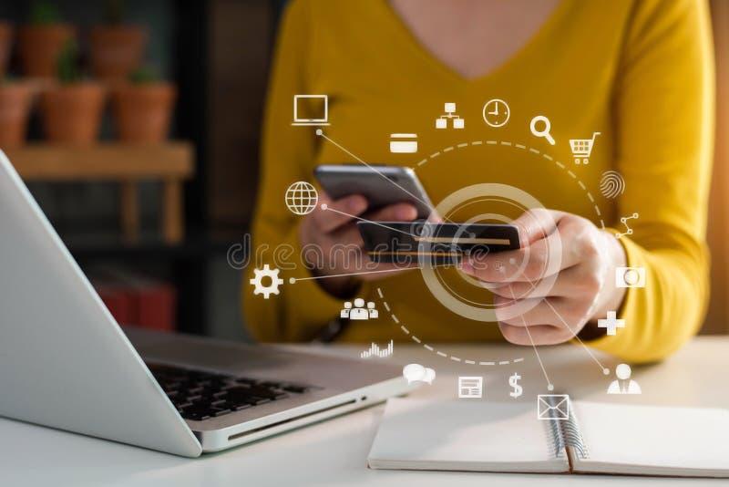 Żeński biznesmen używa karty kredytowe prowadzić transakcje finansowe przez telefonów komórkowych zdjęcia royalty free