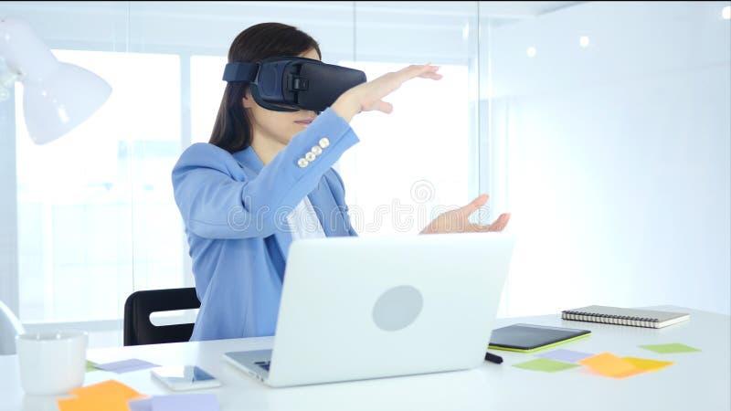 Żeński bizneswoman Jest ubranym rzeczywistość wirtualna szkła w biurze używać vr gogle słuchawki zdjęcie royalty free