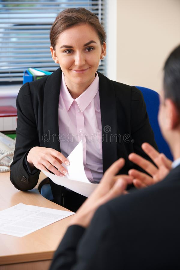 Żeński bizneswoman Przeprowadza wywiad Męskiego Akcydensowego kandydata zdjęcie royalty free