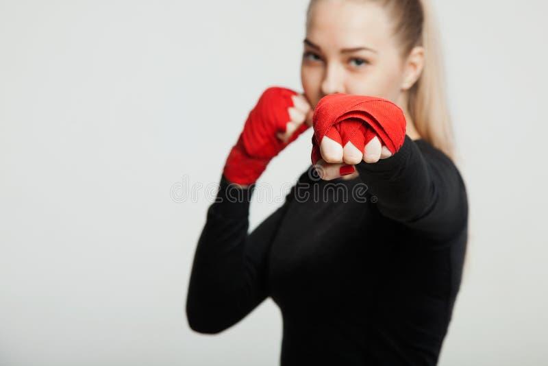 Żeński bokser robi walce z cieniem, biały tło z przestrzenią dla teksta Silny i ufny, będzie mistrzem zdjęcia royalty free