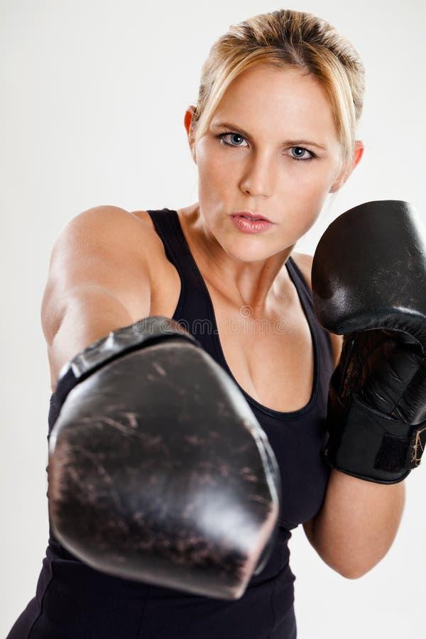 Żeński boksera uderzać pięścią zdjęcie royalty free