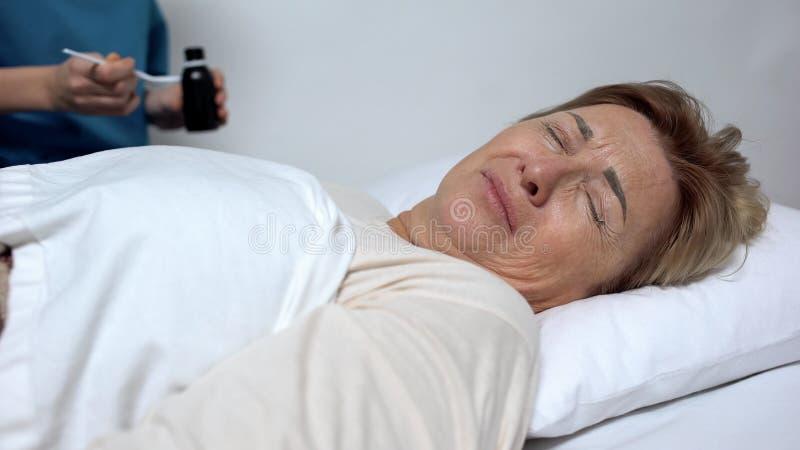 Żeński cierpliwy odmawianie brać syrop, męczącego lekarstwo, czuć beznadziejny obraz stock