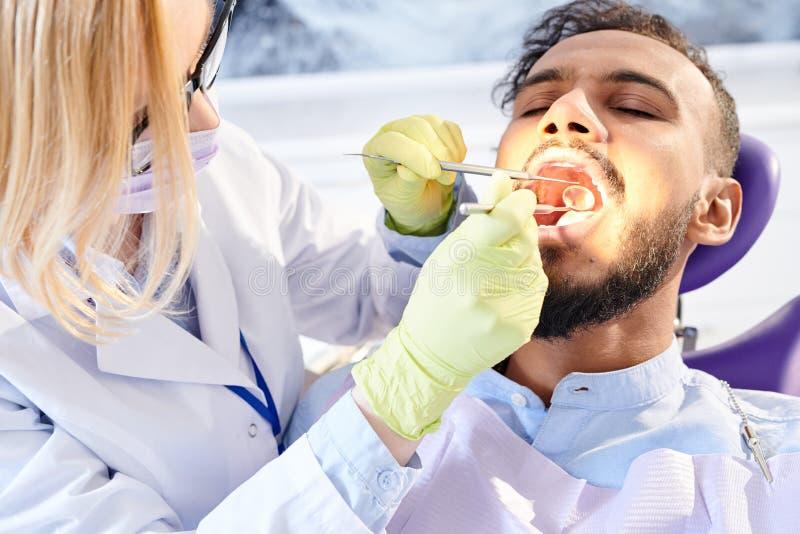 Żeński dentysta Egzamininuje pacjenta zdjęcia royalty free