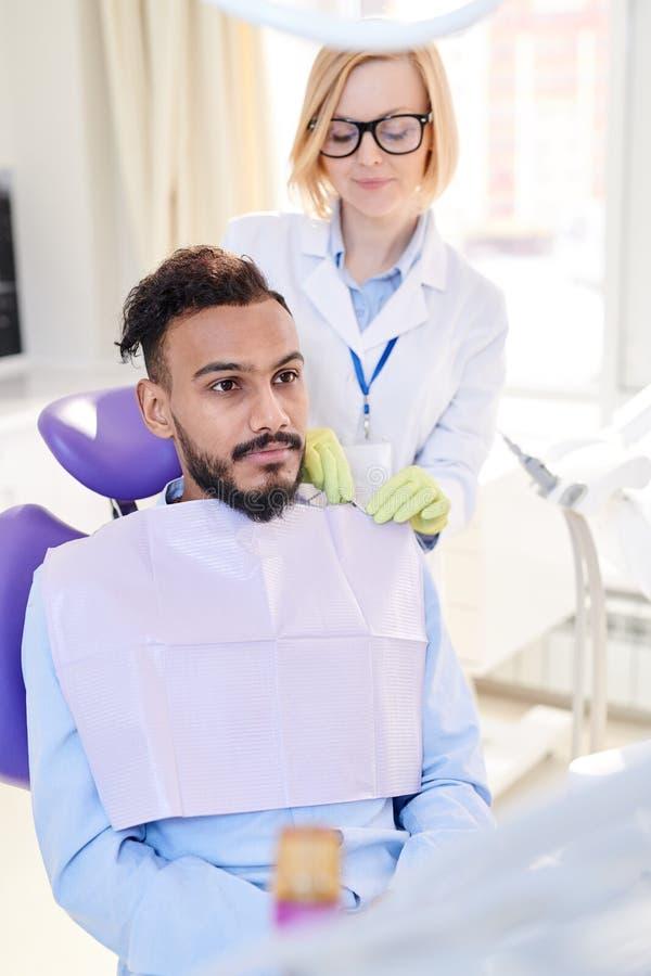 Żeński dentysty narządzania pacjent dla traktowania zdjęcie royalty free