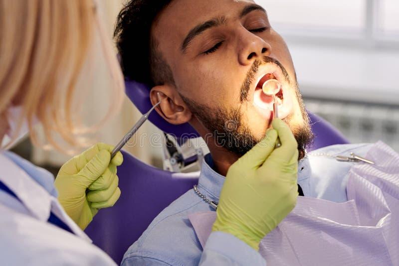 Żeński dentysty spełniania egzamin fotografia stock