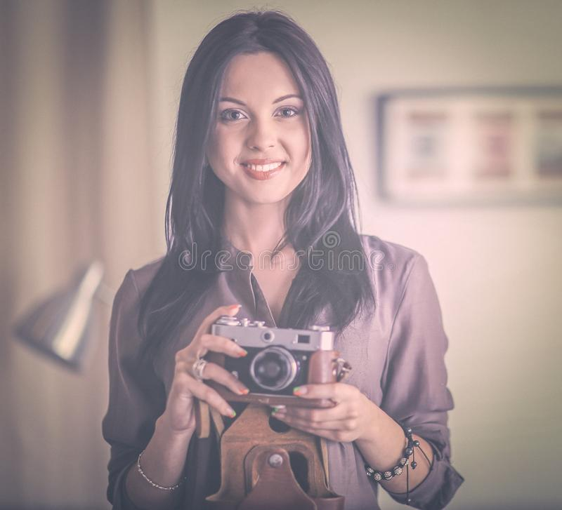Żeński fotografa obsiadanie na biurku z laptopem fotografia royalty free