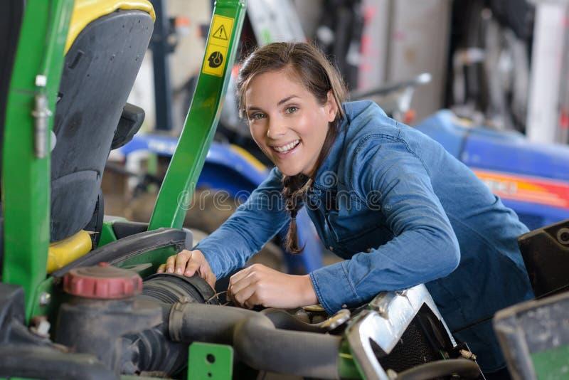 Żeński gazonu kosiarza mechanika ono uśmiecha się zdjęcie stock
