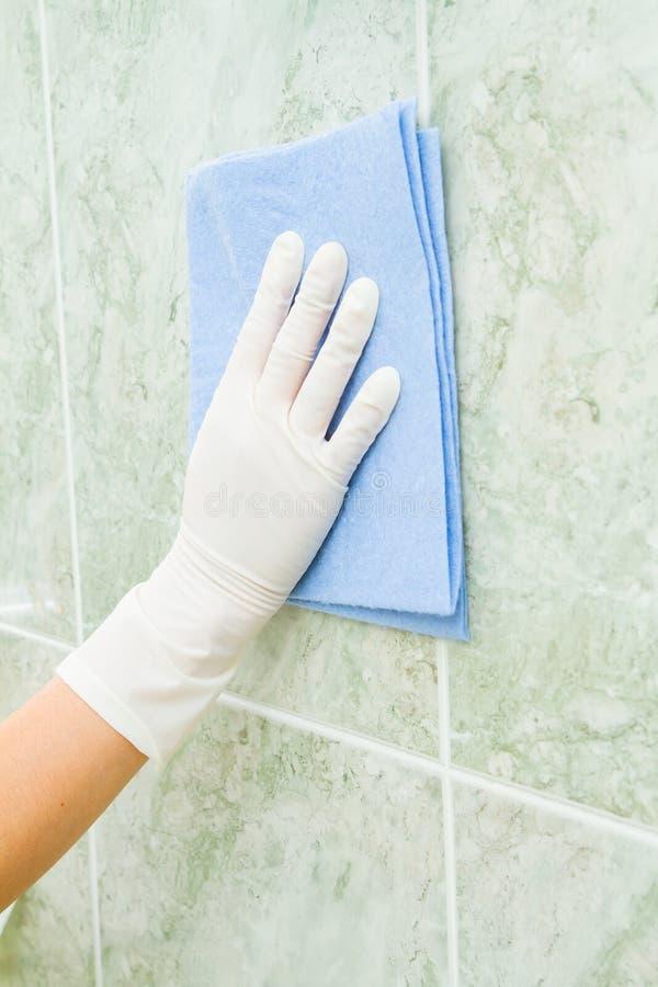 Żeński gospodarstwo domowe, dachówkowy cleaning z rękawiczkami zdjęcie royalty free
