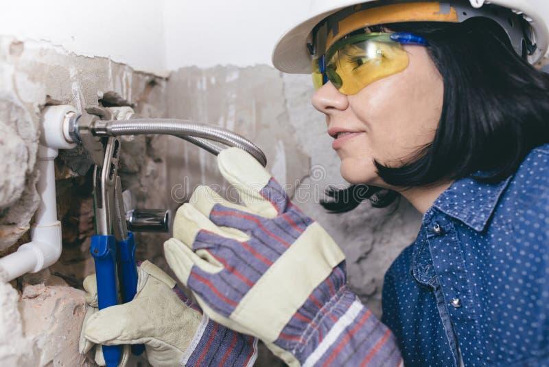 Żeński hydraulik w rękawiczkach z wyrwaniami zdjęcie royalty free