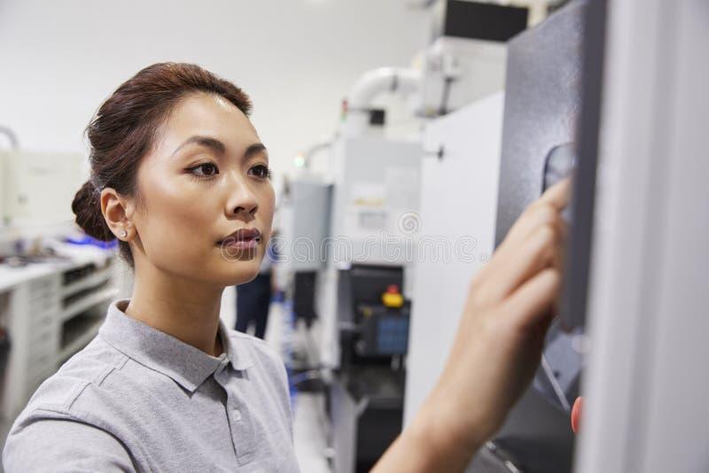 Żeński inżynier Działa CNC maszynerię W fabryce zdjęcie royalty free