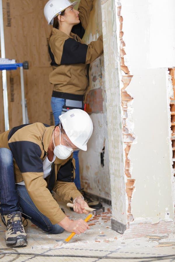 Żeński inżynier i specjalista robi ścianie heblować zdjęcia stock
