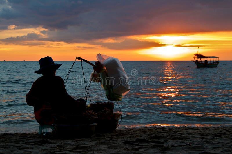 Żeński karmowy sprzedawca przy Otres plażą podczas zmierzchu fotografia royalty free