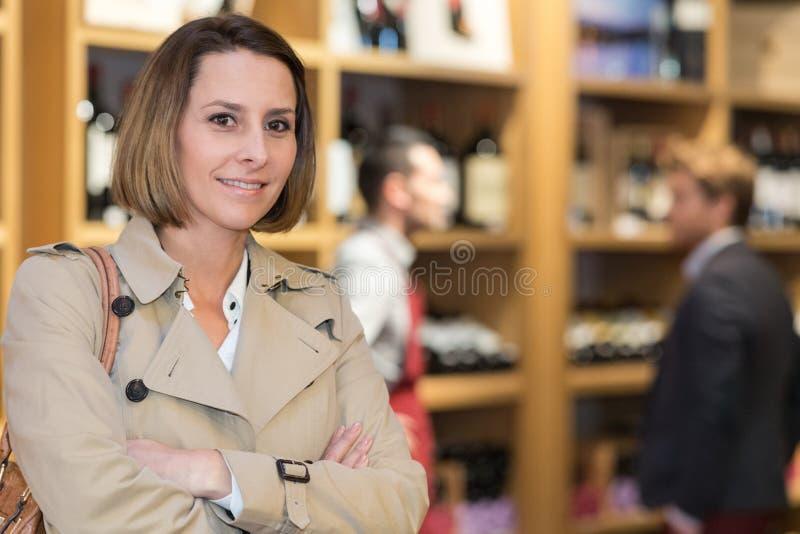 Żeński klient pozuje w wino sklepie fotografia stock