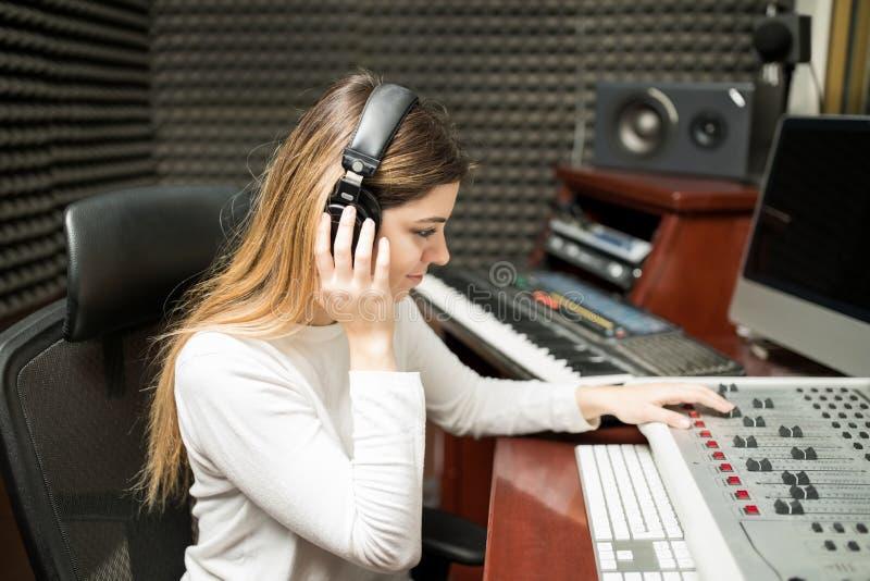 Żeński kompozytor słucha jej nowego ślad obraz royalty free