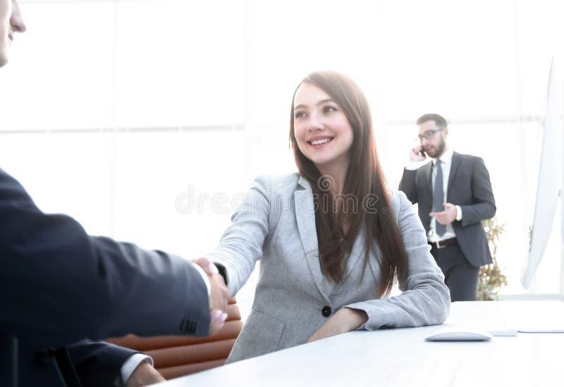 Żeński konsultanta powitanie klient obrazy stock