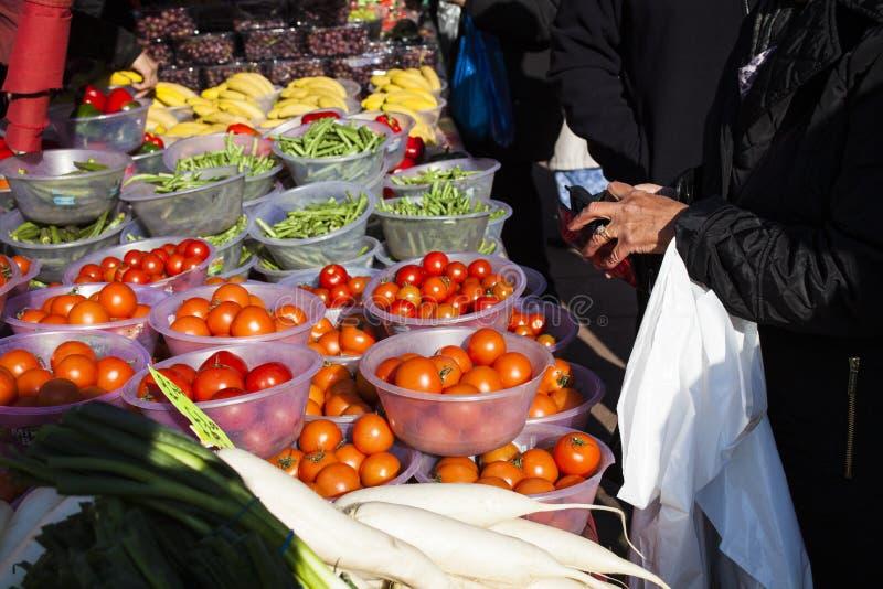 Żeński konsument przy otwartym ulicznego rynku zakupy owoc i warzywo Uliczny rynek Helthy jedzenie zdjęcia stock
