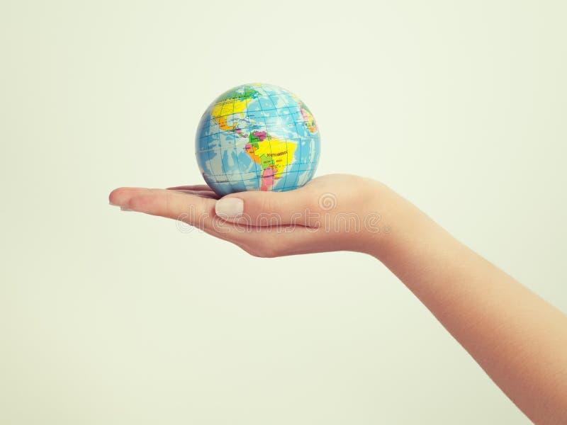 żeński kuli ziemskiej ręki mienie save ziemi i sukcesu pojęcie zdjęcia stock