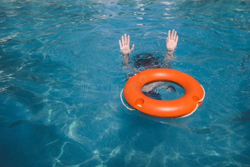 Żeński lifebuoy i podwodny Nagłego wypadku ratowniczy pojęcie zdjęcie stock