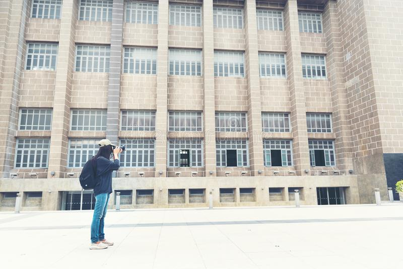 Żeński młody podróżnik z plecakiem i photocamera w starym miasteczku Piękny kobieta plecak wokoło słowa obraz royalty free