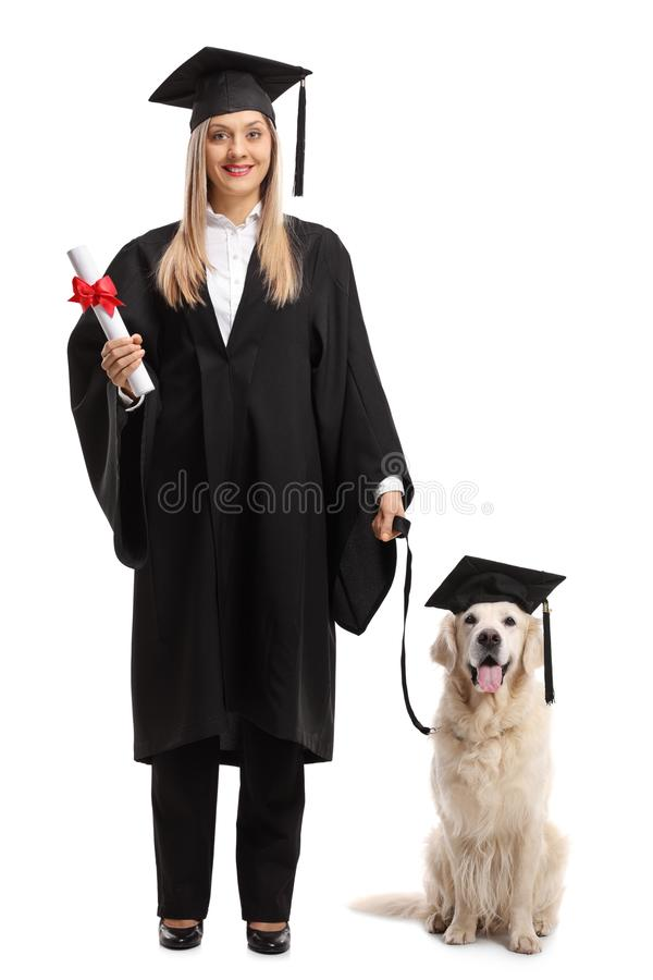 Żeński magistrant/magistrantka z dyplomem i psem jest ubranym grad zdjęcia royalty free