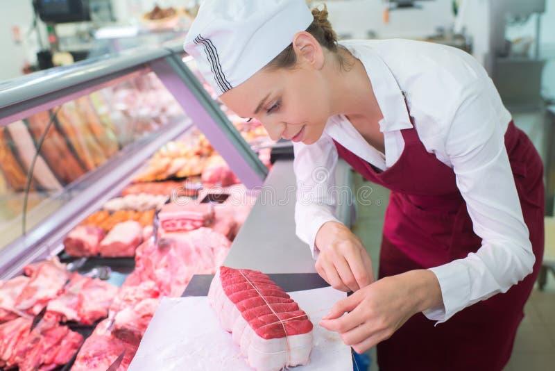 Żeński masarki narządzania fileta mignon zdjęcie royalty free