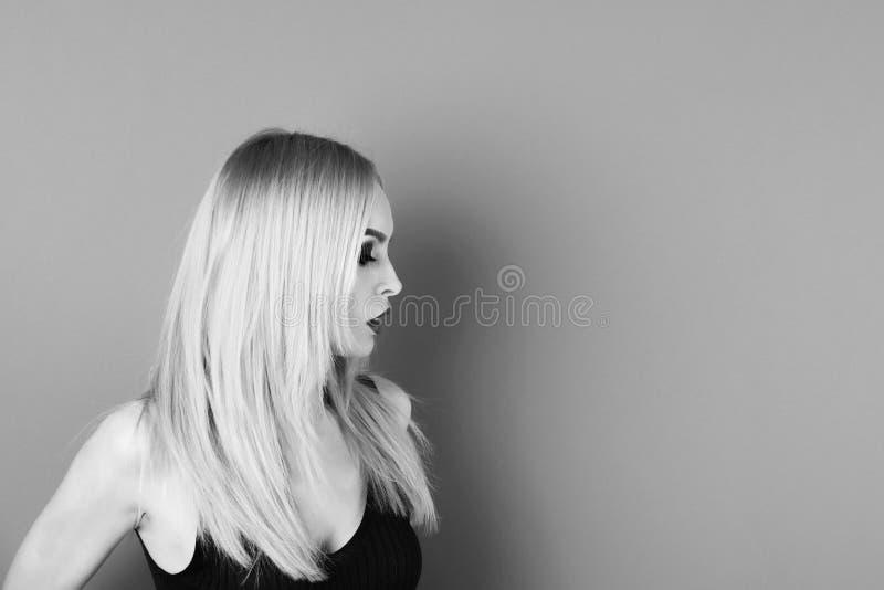 Żeński mody pojęcie dziewczyna lub piękna kobieta z blondynka włosy, makeup, czerwone wargi obraz stock