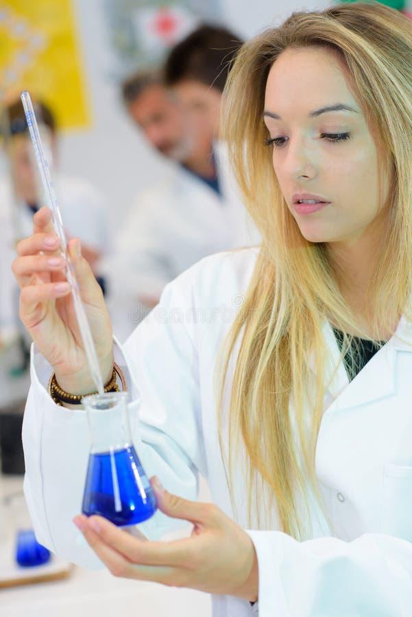 Żeński naukowiec trzyma szklaną kolbę obrazy royalty free