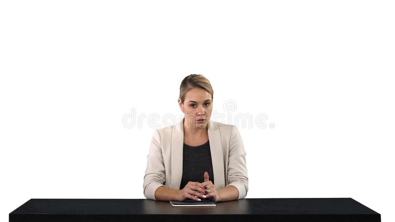 Żeński newsreader przedstawia wiadomość, dodaje twój swój wizerunku ekran za ona lub tekst, biały tło zdjęcia royalty free
