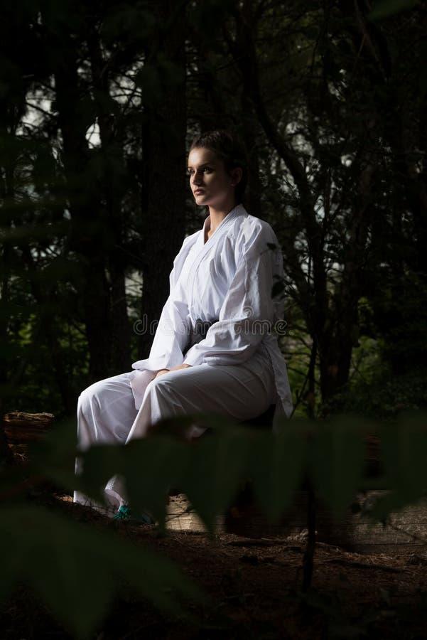 Żeński Odpoczywać Po Ćwiczyć Jej karate ruchy obrazy stock