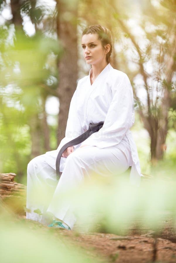 Żeński Odpoczywać Po Ćwiczyć Jej karate ruchy obraz royalty free