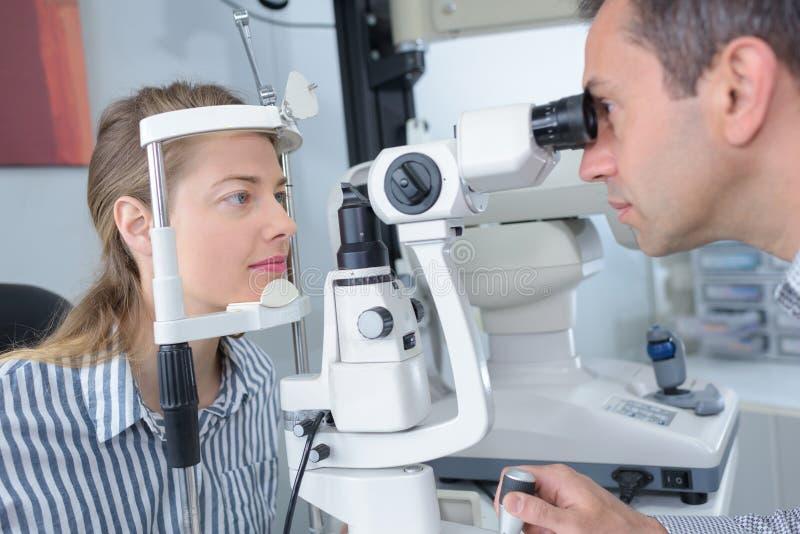 Żeński pacjent pod iść oko testem przez phoropter zdjęcie royalty free