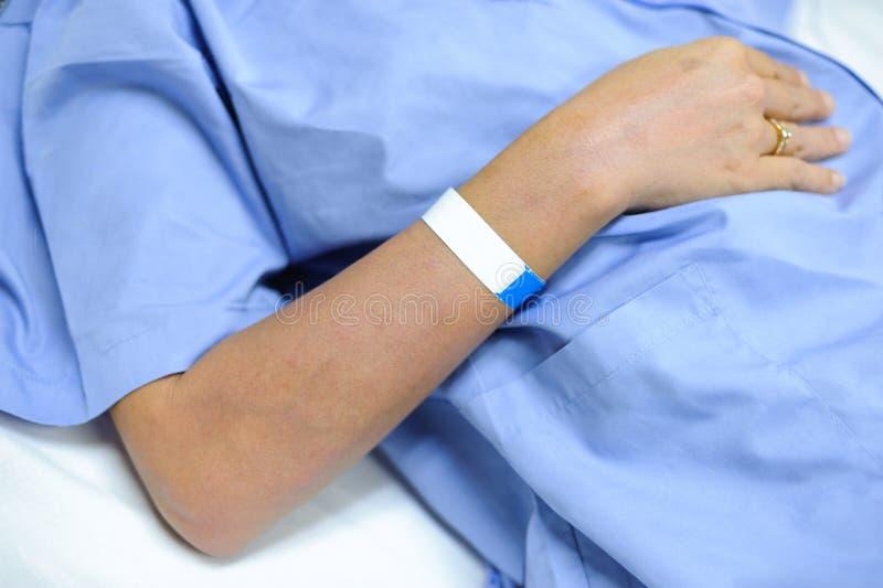 Żeński pacjenta pobyt na łóżku szpitalnym obrazy stock