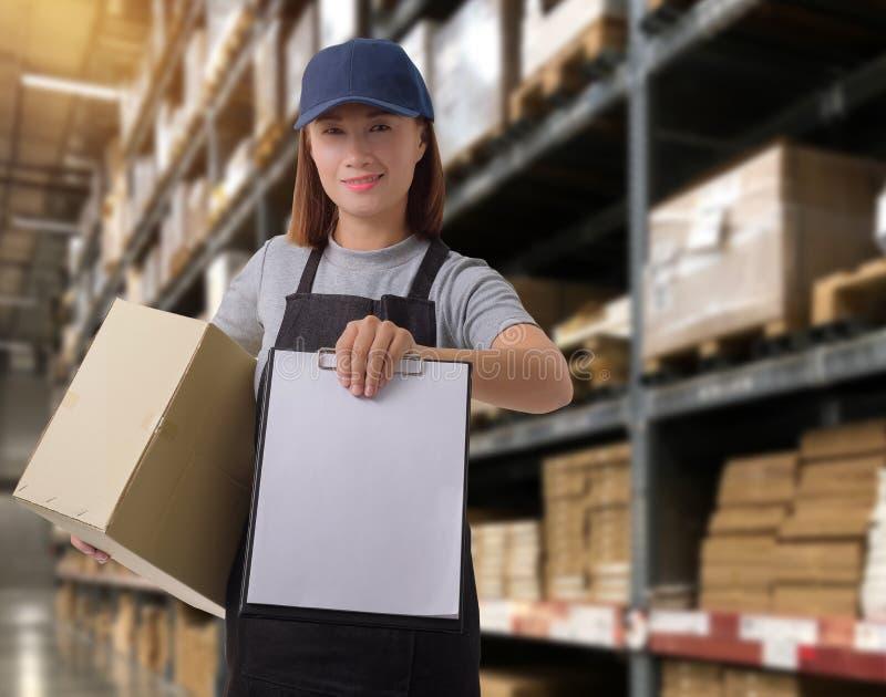 Żeński personel Dostarcza produkty Podpisuje podpis na produktu kwitu formie z drobnicowymi pudełkami obrazy royalty free