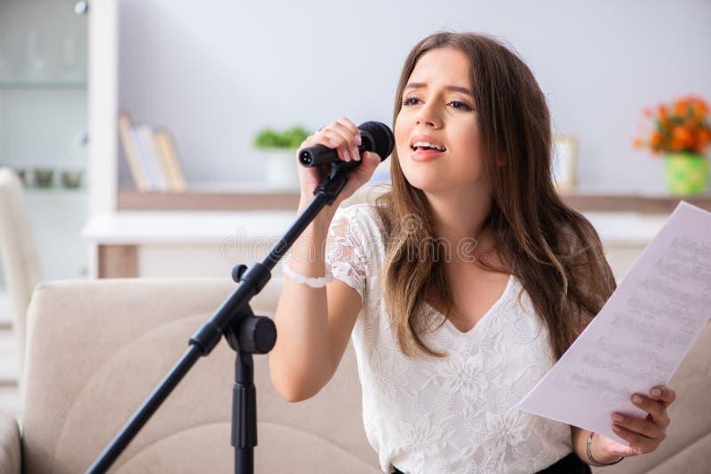 Żeński piękny muzyk śpiewa w domu obrazy royalty free
